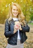 Recht junge Frau, die in Autumn Park Relax Leisure geht lizenzfreie stockbilder