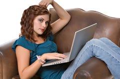 Recht junge Frau, die an Computer arbeitet Lizenzfreies Stockfoto
