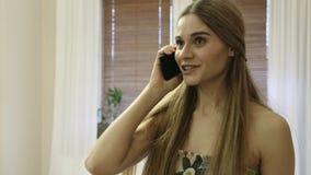 Recht junge Frau, die durch den Handy und die Verschlechterungsnachrichten spricht stock video