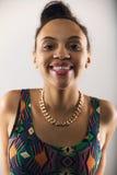 Recht junge Frau, die ein lustiges Gesicht macht Lizenzfreies Stockbild