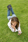 Recht junge Frau, die ein PDA verwendet Stockbild