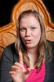 Recht junge Frau, die eine Geschichte erklärt Lizenzfreies Stockfoto