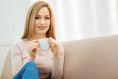 Recht junge Frau, die eine Kaffeepause hat Stockbild