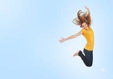 Recht junge Frau, die für Freude springt Lizenzfreie Stockbilder
