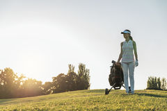 Recht junge Frau, die Golf spielt stockbilder
