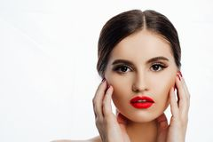 Recht junge Frau, die ihr Gesicht berührt Zutreffen des transparenten Lacks lizenzfreies stockbild