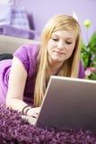 Recht junge Frau, die Laptop verwendet Stockfoto