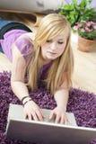 Recht junge Frau, die Laptop verwendet stockfotos