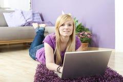 Recht junge Frau, die Laptop verwendet lizenzfreie stockbilder