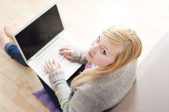 Recht junge Frau, die Laptop verwendet Lizenzfreie Stockfotografie