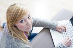 Recht junge Frau, die Laptop verwendet Stockbilder