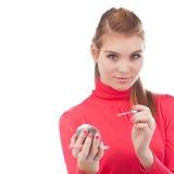 Recht junge Frau, die Lippenglanz anwendet Lizenzfreie Stockfotos