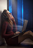 Recht junge Frau, die listeing ist, um Musik zu beruhigen stockfotografie
