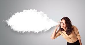 Hübsche Frau, die mit abstraktem Wolkenkopienraum gestikuliert Lizenzfreie Stockfotos