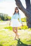 Recht junge Frau, die modische Kleidung trägt Stockbilder