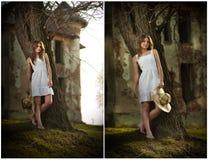 Recht junge Frau, die vor dem Bauernhof aufwirft. Sehr attraktives blondes Mädchen mit dem weißen kurzen Kleid, das einen Hut hält Stockfoto