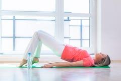 Recht junge Frau, die Yogaübung tut Lizenzfreie Stockfotos