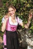 Recht junge Frau in einem bayerischen Dirndl Lizenzfreie Stockfotos