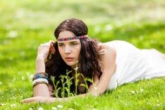 Recht junge Frau in einem Stirnband träumend Stockfotos