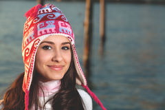 Recht junge Frau entlang dem Schacht Lizenzfreie Stockfotos
