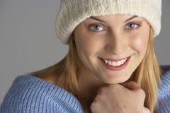 Recht junge Frau gekleidet für Winter Stockfotos