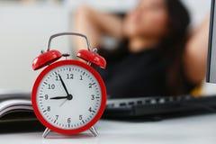 Recht junge Frau im Büro sitzen haben bei Tisch einen Bruch kann sich leisten, sich Konzept des neuen Werks zu entspannen Tages lizenzfreies stockbild