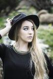 Recht junge Frau im Freien im Park Stockbilder