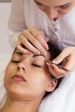 Recht junge Frau im kosmetischen Salon Abschluss oben lizenzfreie stockfotografie