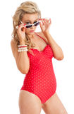 Recht junge Frau im roten Badeanzug und Sonne glasse stockfoto