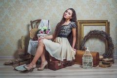 Recht junge Frau im rustikalen Innenraum Stockfotografie