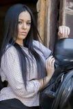 Recht junge Frau im Stall Stockfotos