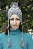 Recht junge Frau im Winterhut Stockbilder