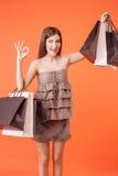 Recht junge Frau ist Rühmen ihres Kaufs Stockfotos