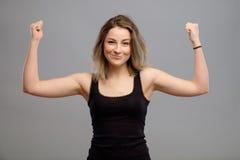 Recht junge Frau lokalisiert auf Grau Lizenzfreie Stockbilder