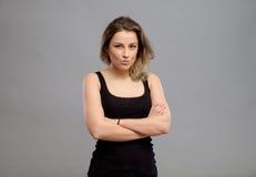 Recht junge Frau lokalisiert auf Grau Lizenzfreies Stockbild