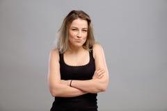 Recht junge Frau lokalisiert auf Grau Stockbilder