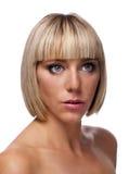 Recht junge Frau mit blonder Bob-Frisur Lizenzfreies Stockfoto