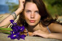 Recht junge Frau mit Blumen Stockbilder
