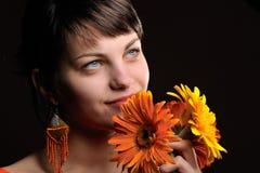 Recht junge Frau mit Blumen stockfotos