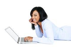 Recht junge Frau mit Computer Stockfotos