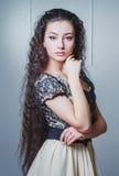 Recht junge Frau mit dem langen Haar Lizenzfreie Stockbilder