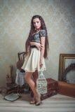 Recht junge Frau mit dem weißen Käfig des Vogels Lizenzfreies Stockfoto