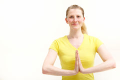 Recht junge Frau mit den Händen faltete Yogaart und weise Stockbild