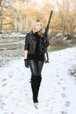 Recht junge Frau mit einem Gewehr lizenzfreies stockfoto