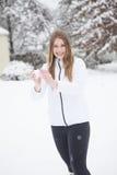 Recht junge Frau mit einem Schneeball Stockbilder