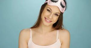 Recht junge Frau mit einer Schlafmaske Lizenzfreies Stockbild