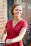 Recht junge Frau mit Fahrrad Lizenzfreie Stockbilder