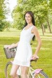 Recht junge Frau mit Fahrrad Stockfoto