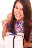 Recht junge Frau mit Feriengeschenk stockfoto