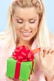 Recht junge Frau mit Geschenk stockfotografie